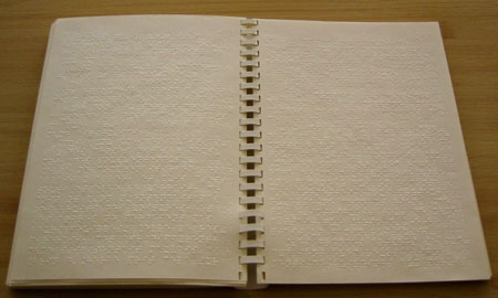 Photo d'un livre en braille